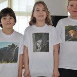 Kinder mit Kuh Falke, Katze Britta und Hund Rexi